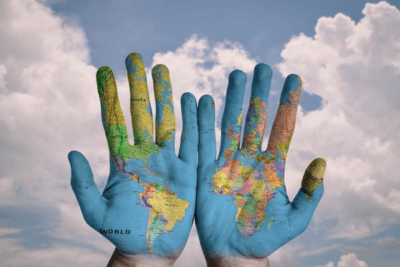 ruke oslikane kao globus